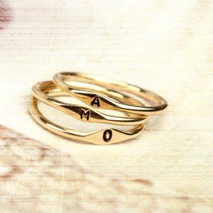 Anelli sottili minimal in oro giallo personalizzati con lettere/iniziale a punzone _ maschio gioielli milano