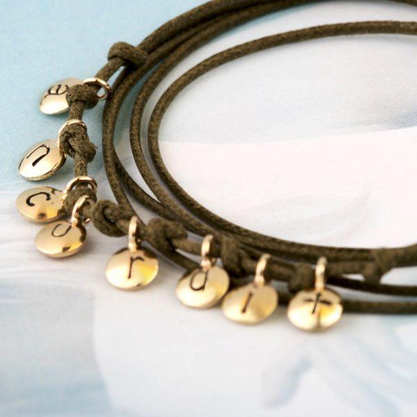 Piccoli ciondoli in oro giallo da personalizzare con lettere, numeri e simboli _ maschio gioielli milano