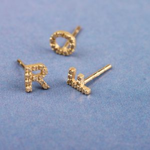 Studs with letters _ yellow gold with ice diamonds