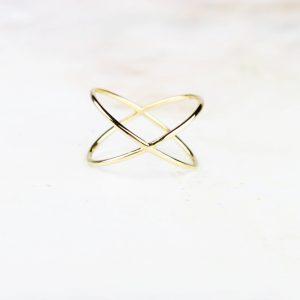 Anello semplice minimal a croce in filo sottile di oro giallo _ maschio gioielli milano