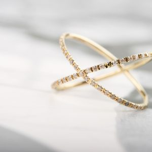 """L'eleganza del bacio"" with diamonds _ yellow gold"