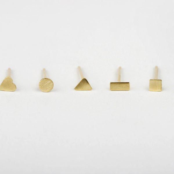 Mini orecchini a perno in oro giallo con formine diverse _ cuore, cerchio, triangolo, rettangolo, quadrato _ maschio gioielli milano