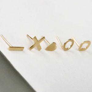 Orecchini semplici a perno in oro giallo, di forme diverse _ maschio gioielli milano