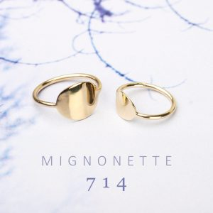Minimalist gold rings with curved plate to be engraved _ maschio gioielli milano