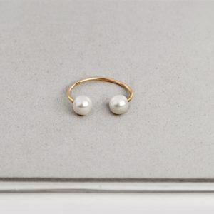 Anello aperto con due perle (1)