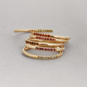 Set of gold stackable rings with seven stones _ maschio gioielli milano