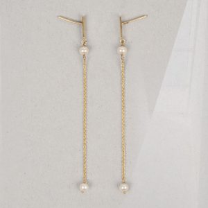 Minimal simple yellow gold long stud earrings with thin chain and white pearls _ maschio gioielli milano
