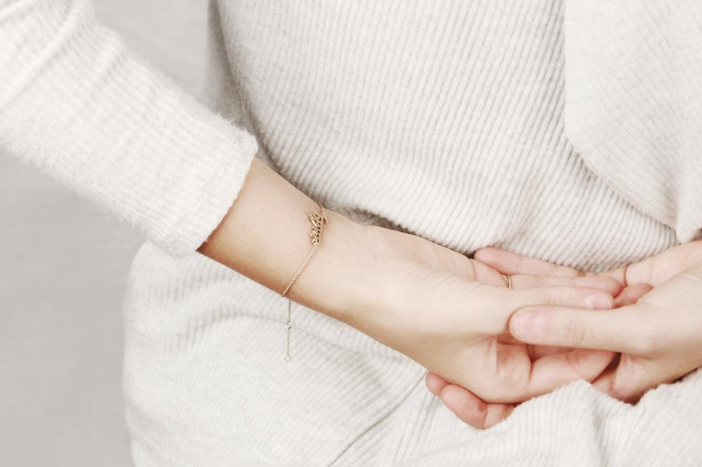 Yellow gold chain bracelet with the word Namasté written in Sanskrit _ maschio gioielli milano