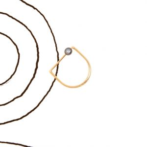 Minimalist geometric stirrup-shaped Yellow Gold Thin Ring with sliding gray pearl _ maschio gioielli milano (2)