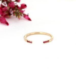 Minimalist open ring made of yellow gold and brilliant cut fuchsia tourmaline stones _ maschio gioielli milano (2)