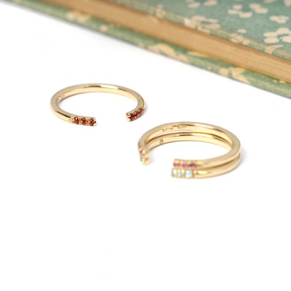 Set of minimalist tiny thin geometric open yellow gold rings with colored natural stones _ maschio gioielli milano (1)
