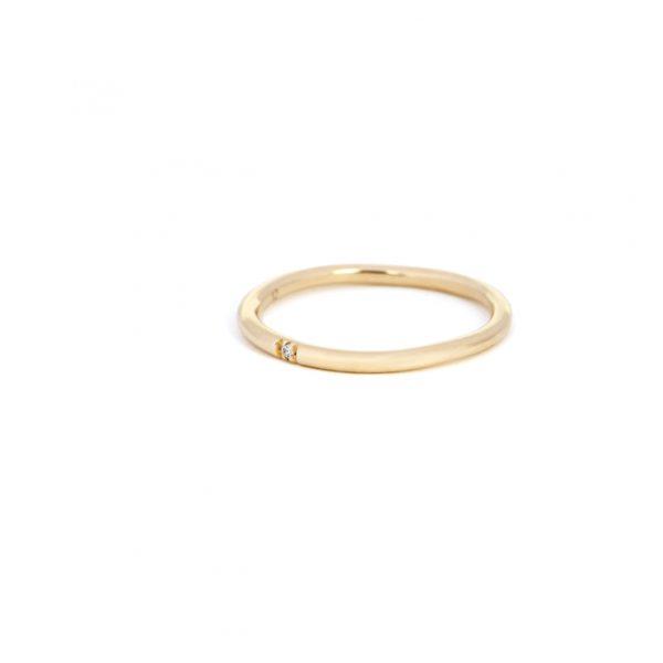 Yellow Gold Minimalist solitaire Ring with one white brilliant cut diamond _ maschio gioielli milano (2)