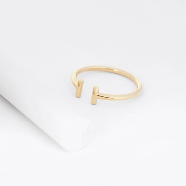 Anello T aperto minimal in oro giallo lucido _ maschio gioielli milano