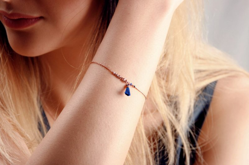Simple adjustable bracelet with merde customizion, thread tassels, made with pink silver chain and light-blue colored thread _ maschio gioielli milano