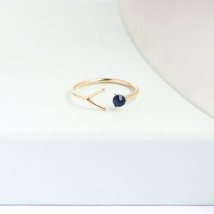 Wishbone minimal simple design thin gold ring with faceted natural blue sapphire _ maschio gioielli milano