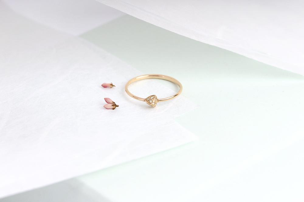 Tiny thin minimalist pyramid yellow gold ring _ green peridot _ maschio gioielli milano