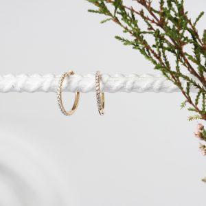 Orecchini a cerchio piccoli e sottili in oro giallo con pavé di diamanti bianchi _ maschio gioielli milano