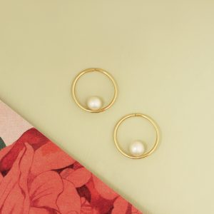 Orecchini a cerchio sottili e semplici in oro giallo lucido con perle bianche _ maschio gioielli milano