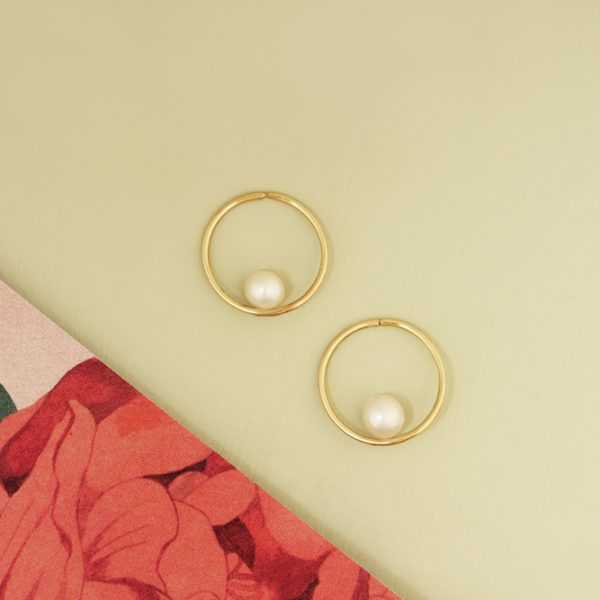 Small tiny hoop circle gold earrings with white pearls _ maschio gioielli milano (7)