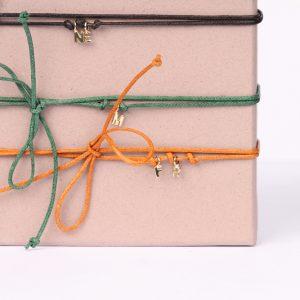 Braccialetto di cordino colorato con mini ciondoli-lettera in oro giallo _ maschio gioielli milano