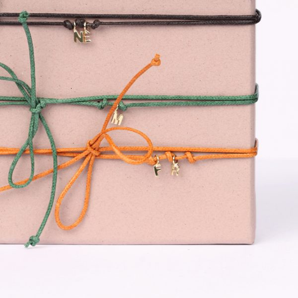 Colored string bracelet with yellow gold mini customized blocked letters pendants _ maschio gioielli milano (3)