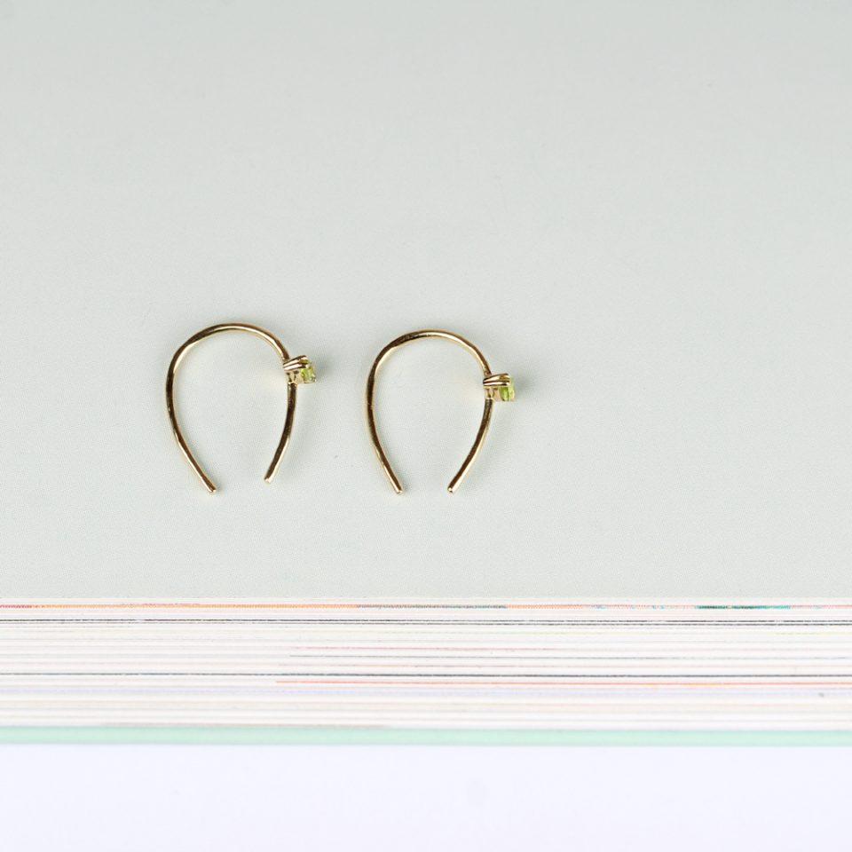 Tra parentesi colore. Single earring
