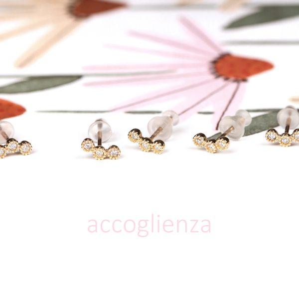 Piccoli orecchini curvi a perno in oro giallo e diamanti _ maschio gioielli milano