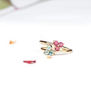 Minimalist thin gold rings with three natural stones' flower _ maschio gioielli milano