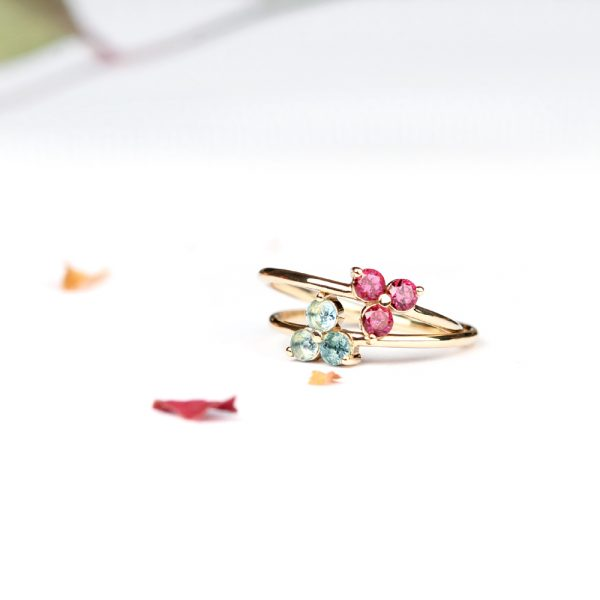 Minimalist thin gold rings with three natural stones' flower _ maschio gioielli milano (1)