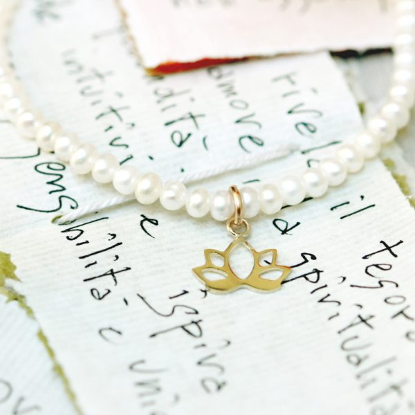 Elastic bracelet with white pearl beads and gold lotus pendant _ maschio gioielli milano