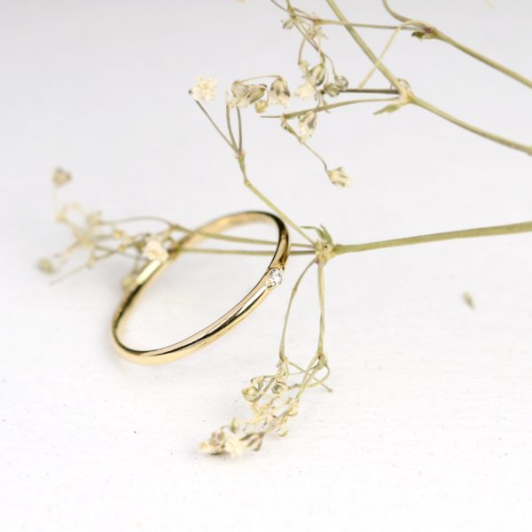 Anello sottile solitario in oro giallo con diamante taglio brillante _ maschio gioielli milano