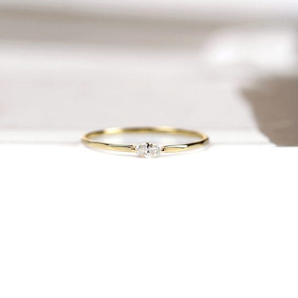 Anello di fidanzamento contemporaneo in oro e diamante taglio navette _ maschio gioielli milano