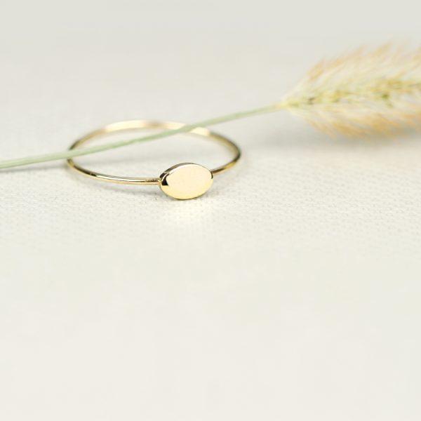 Anello sottile in oro giallo con ovale personalizzabile con iniziali / numeri _ maschio gioielli milano