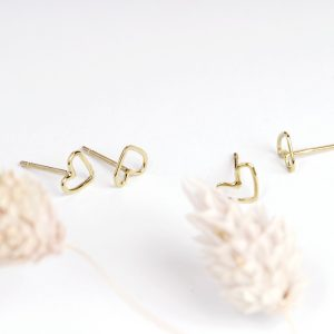 Thin wire heart stud earrings handmade in yellow gold _ maschio gioielli milano