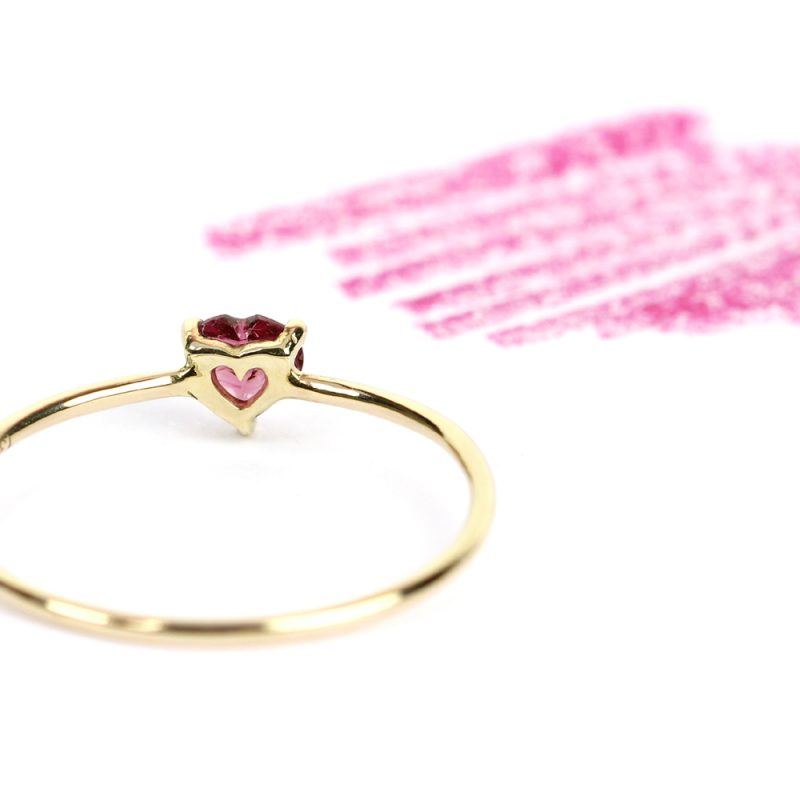 Gold thin ring with fuchsia rhodochrosite heart-cut stone _maschio gioielli milano